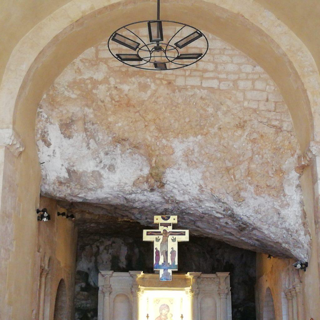 abbazia di Pulsano - particolare di grotta con altare