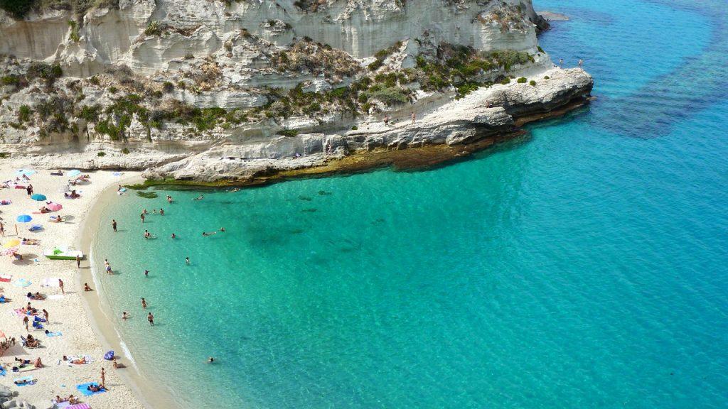 il mare cristallino di Tropea con uno scorcio dell'isola