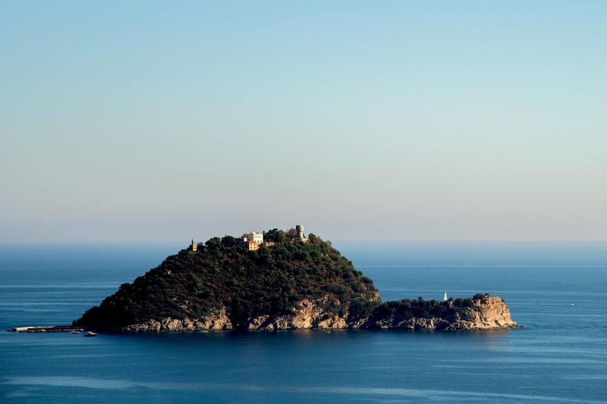 Isola in mezzo al mare