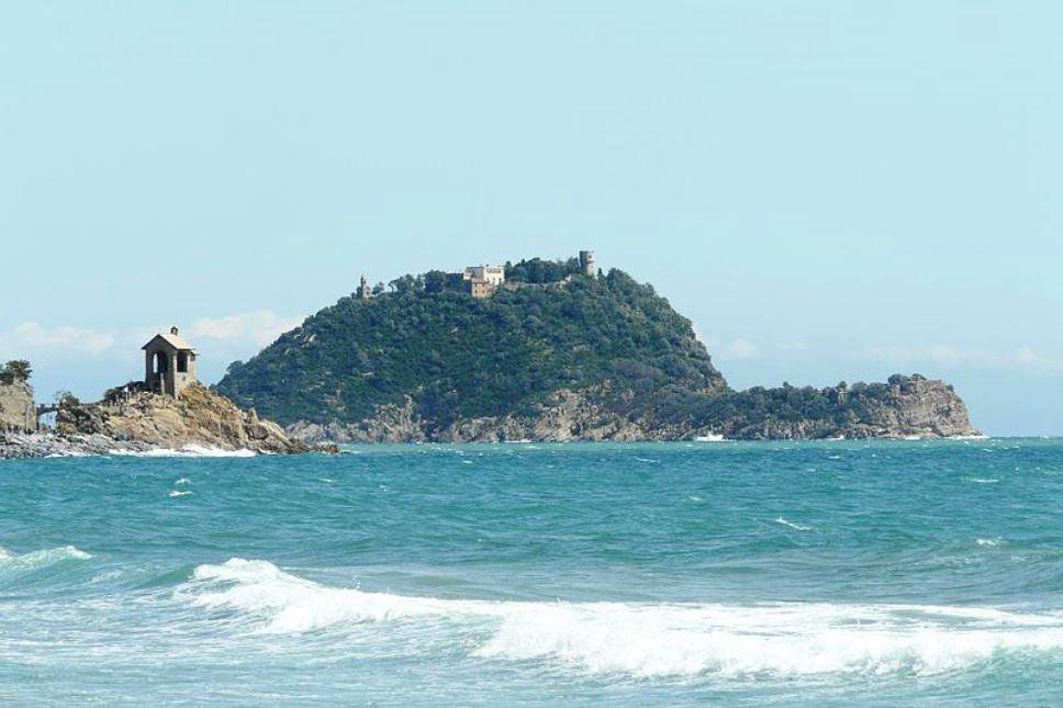 Isola di Gallinara vista dalla spiaggia