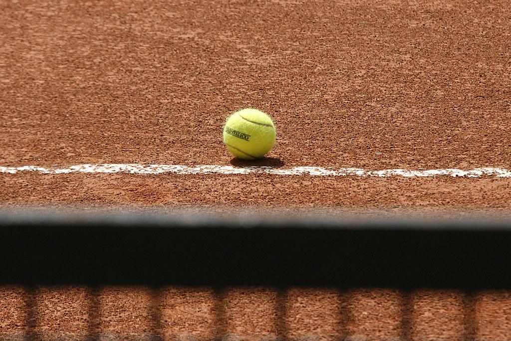 la rete del campo e a pallina da tennis sulla terra rossa degli internazionali a Roma