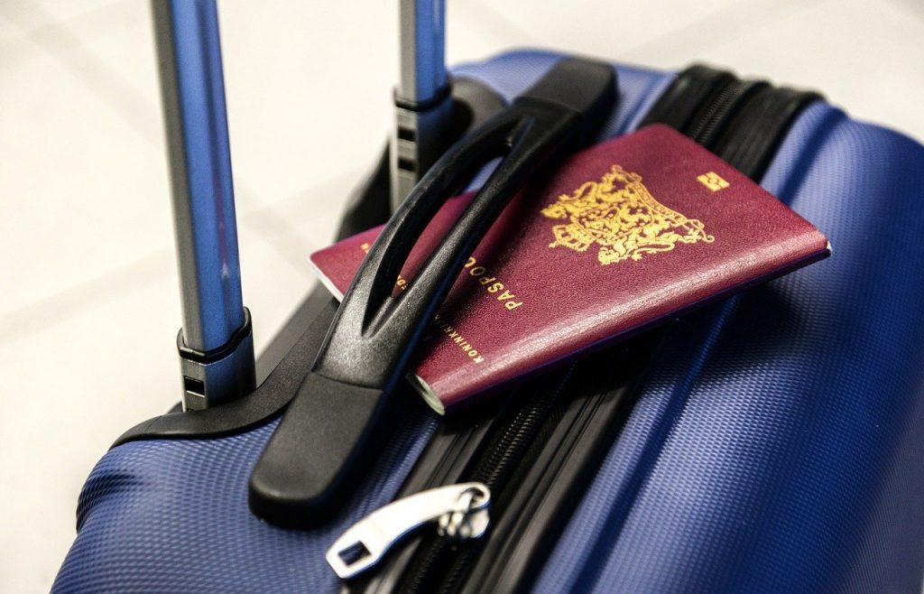 passaporto e valigia tenerli oggetti fondamentali per volare all'estero