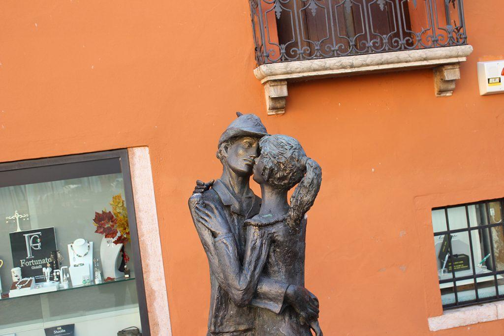 scultura di due persone che si baciano