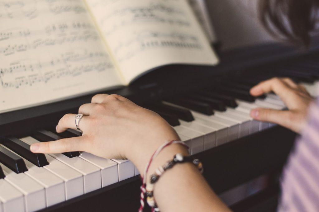 una pianista esegue al pianoforte alcune canzoni d'amore