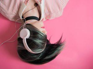 una ragazza ascolta in cuffia la sua playlist di canzoni d'amore italiane