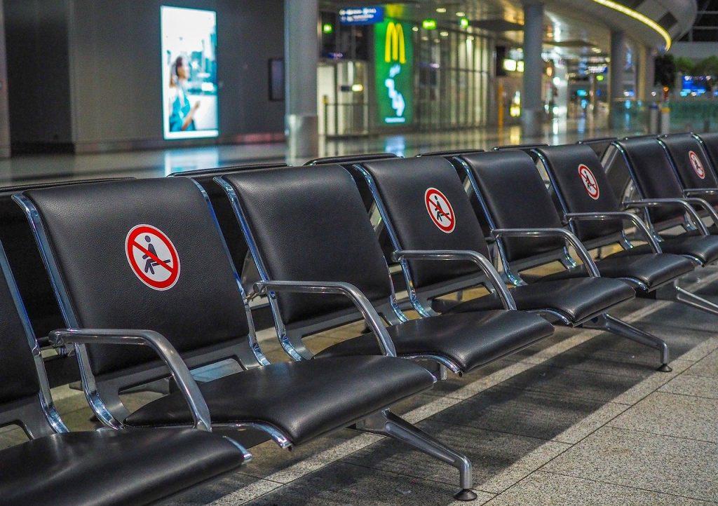 sedie con posti distanziati per permettere ai viaggiatori di volare sicuri