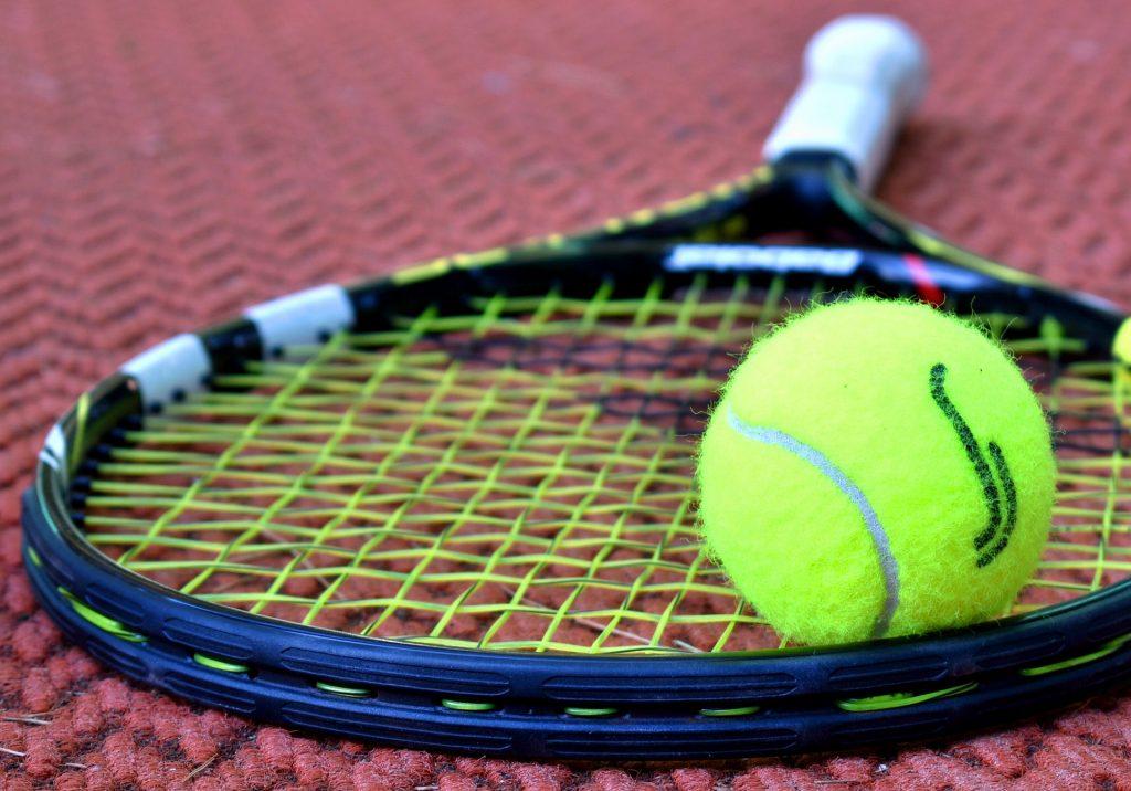 Adriano Panatta - racchetta e pallina da tennis