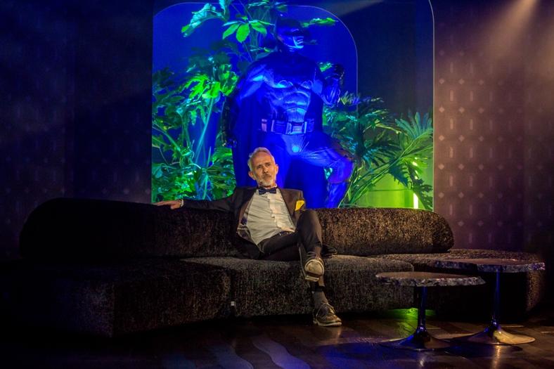 Fabio Rotella seduto su divano