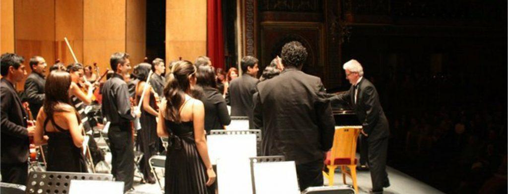Leonardo Saraceni dirige l'orchestra