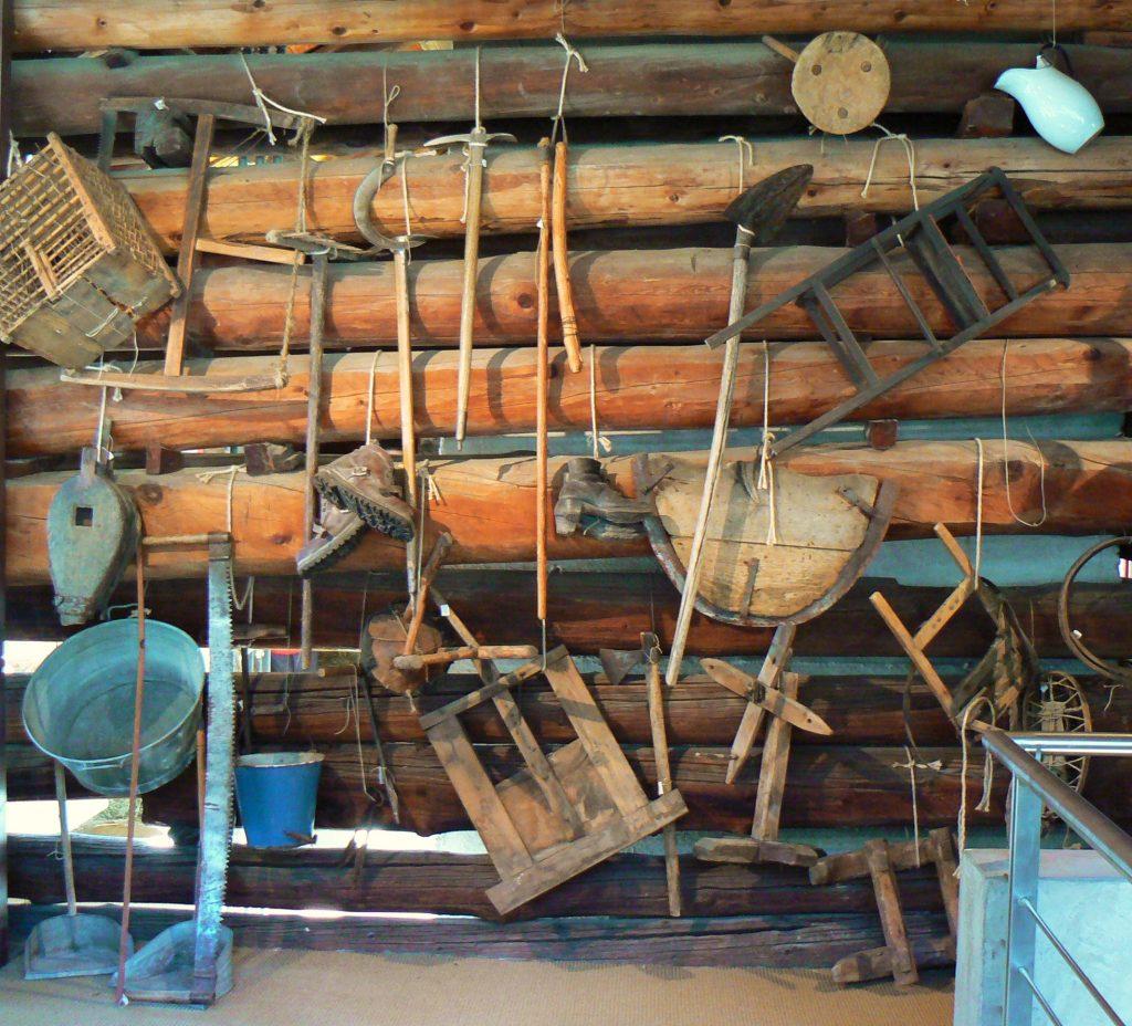 Maison Bruil - parete in legno con gli attrezzi da lavoro