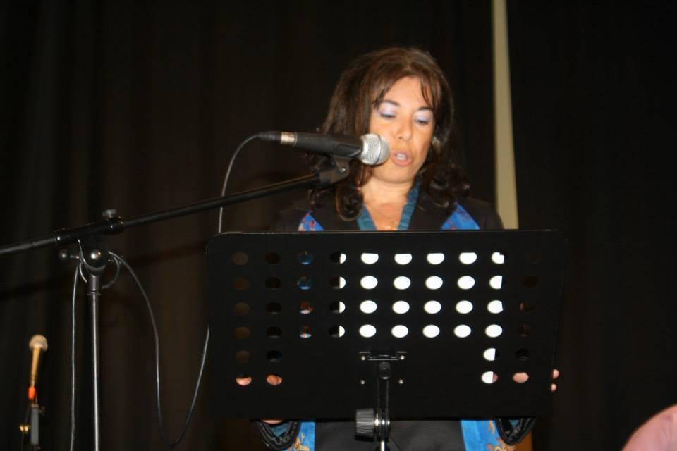 Manuela Fragale durante un concorso di poesie