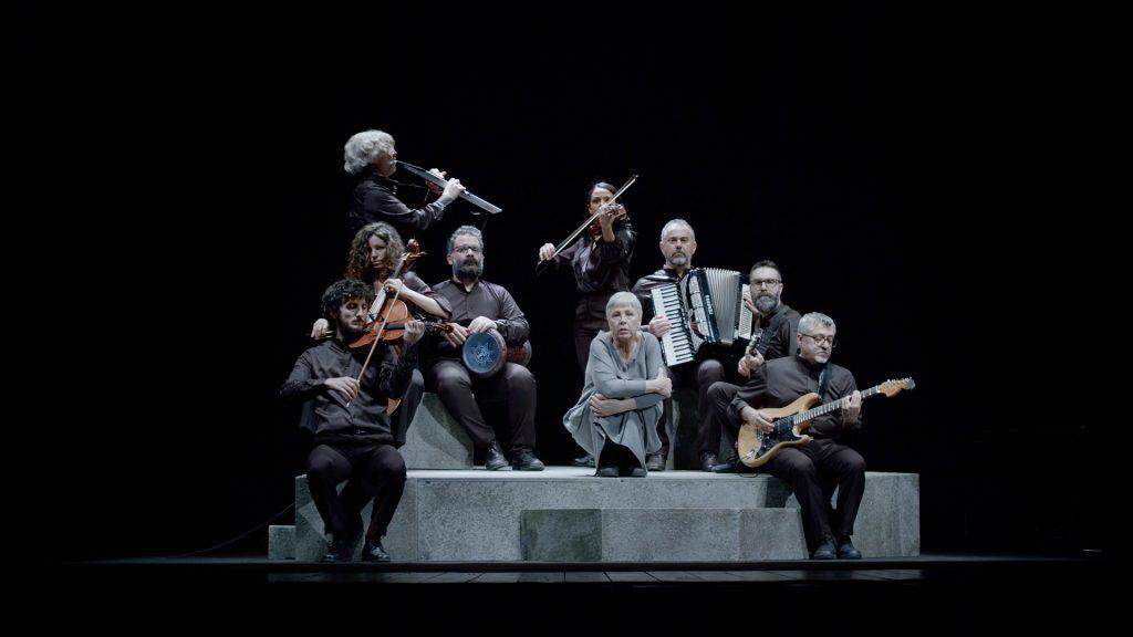 Ottavia Piccolo sul palco con un gruppo di musicisti