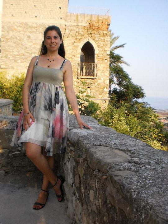 Manuela Fragale nel centro storico di Roseto Capo Spulico. In secondo piano, un particolare della facciata del Palazzo del Barone.