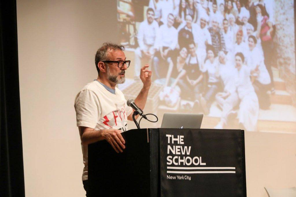 Massimo Bottura durante una conferenza