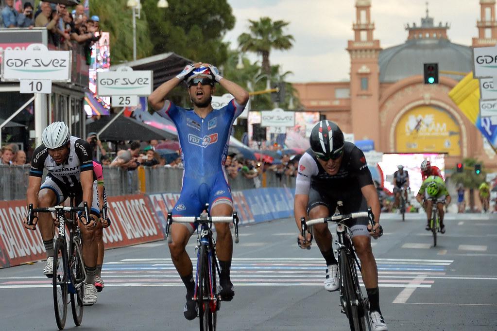 il vincitore che esulta all'arrivo di una tappa del Giro d'Italia