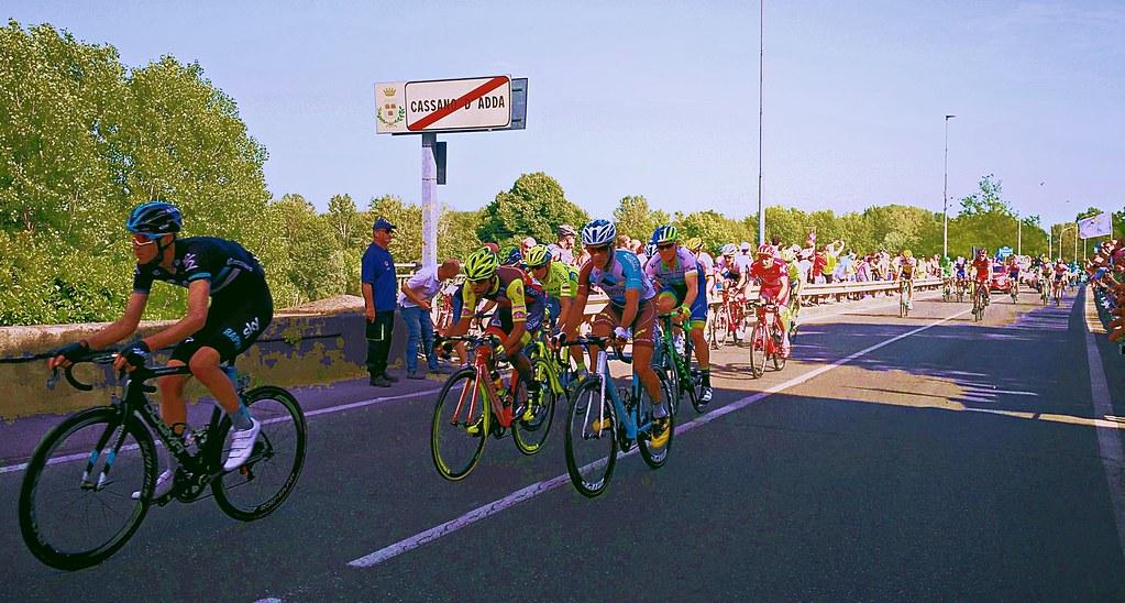 ciclisti in gara durante una tappa del Giro d'Italia