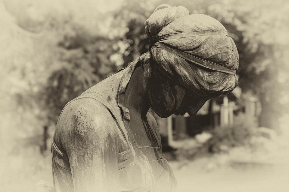 1 e 2 novembre - statua di donna con capo chino