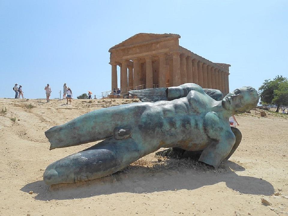 Un'opera di Mitoraj esposta ad Agrigento, come quelle di Noto