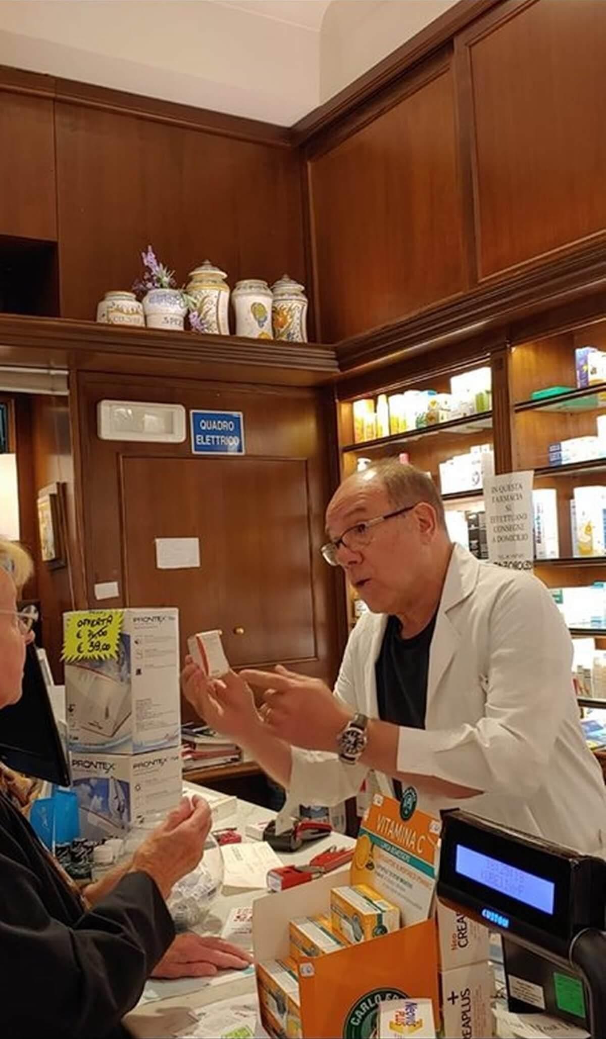 Carlo Verdone - Verdone al banco in farmacia