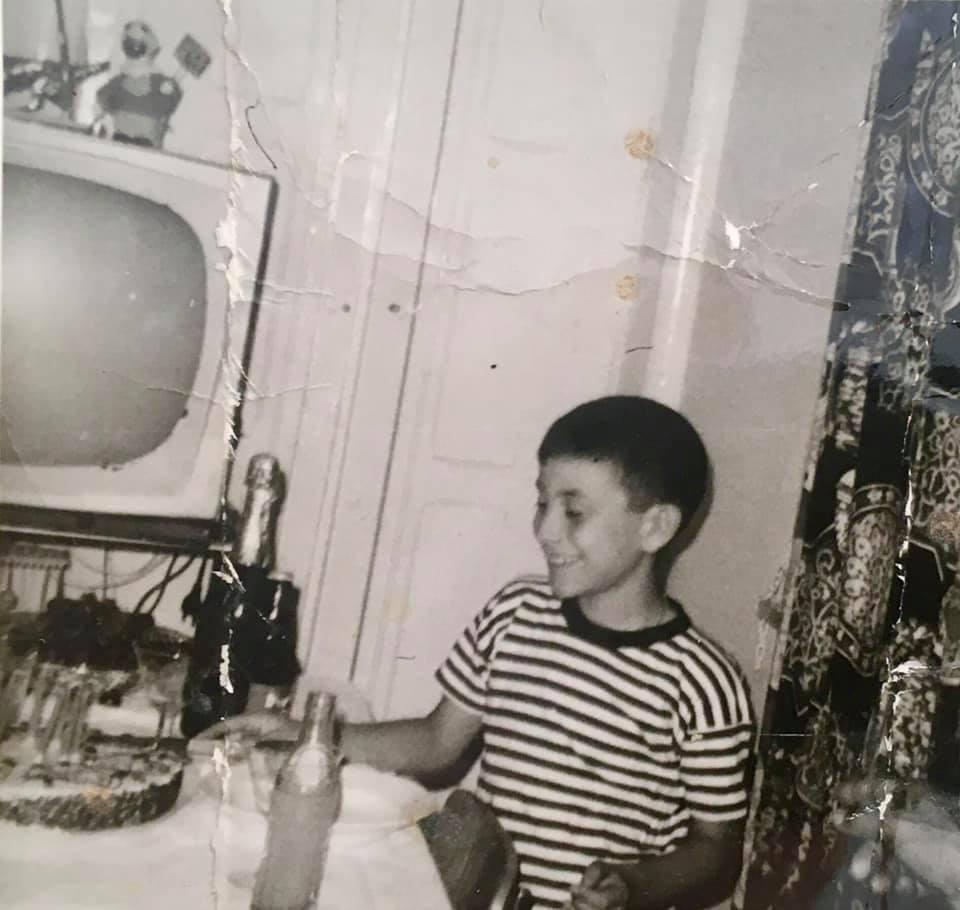 mitici anni '60 in Sicilia a Ragusa Ibla - foto in bianco e nero di un bambino con una torta di compleanno