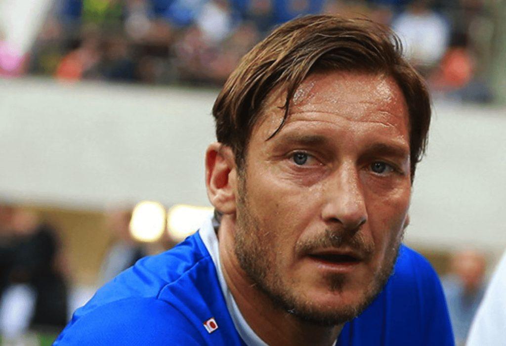 VIP contagiati da Covid-19 - Primo piano di Francesco Totti con la maglia dell'Italia
