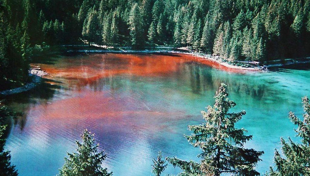 Una foto del lago rosso