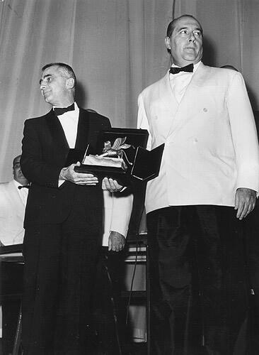 Monicelli con il Leone d'Oro di Venezia nel 1959 insieme a Roberto Rossellini