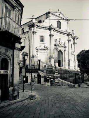 mitici anni '60 in Sicilia a Ragusa Ibla - foto in bianco e nero del duomo