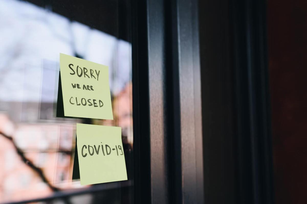Ristoratori in crisi - post it chiusura per covid su porta
