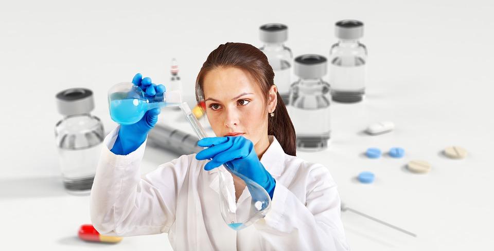 Nuovo test salivare - scienziata con provette
