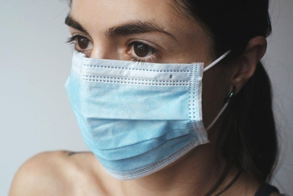 donna con mascherina