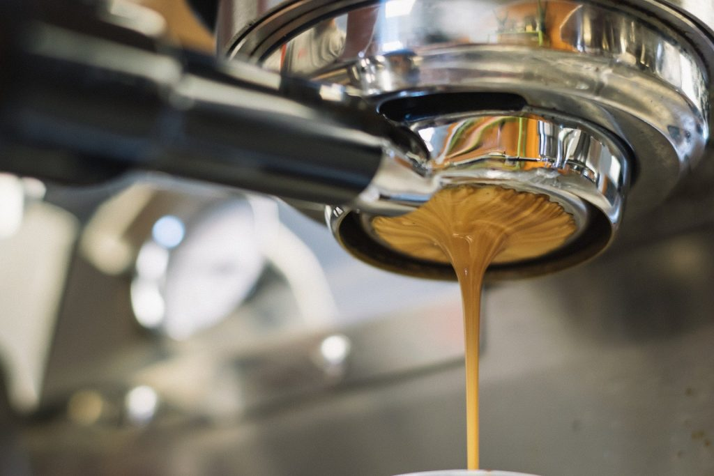 Macchina per il caffè espresso - Una macchina moderna (Pixabay)
