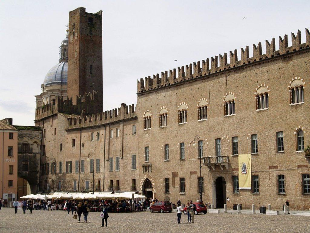 palazzo ducale - la piazza Sordello a Mantova