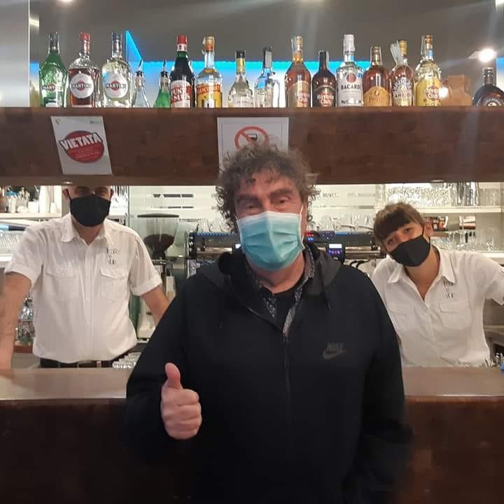 D'Orazio con mascherina al bar