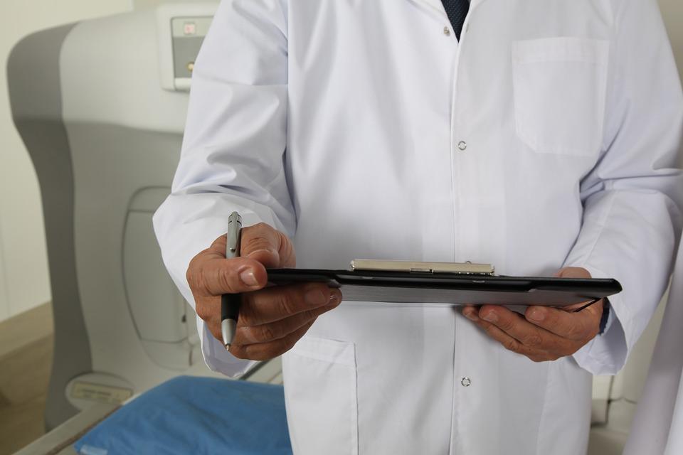 Un medico userà i tablet per i pazienti