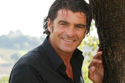 Alberto Tomba - Primo piano di Tomba con camicia nera
