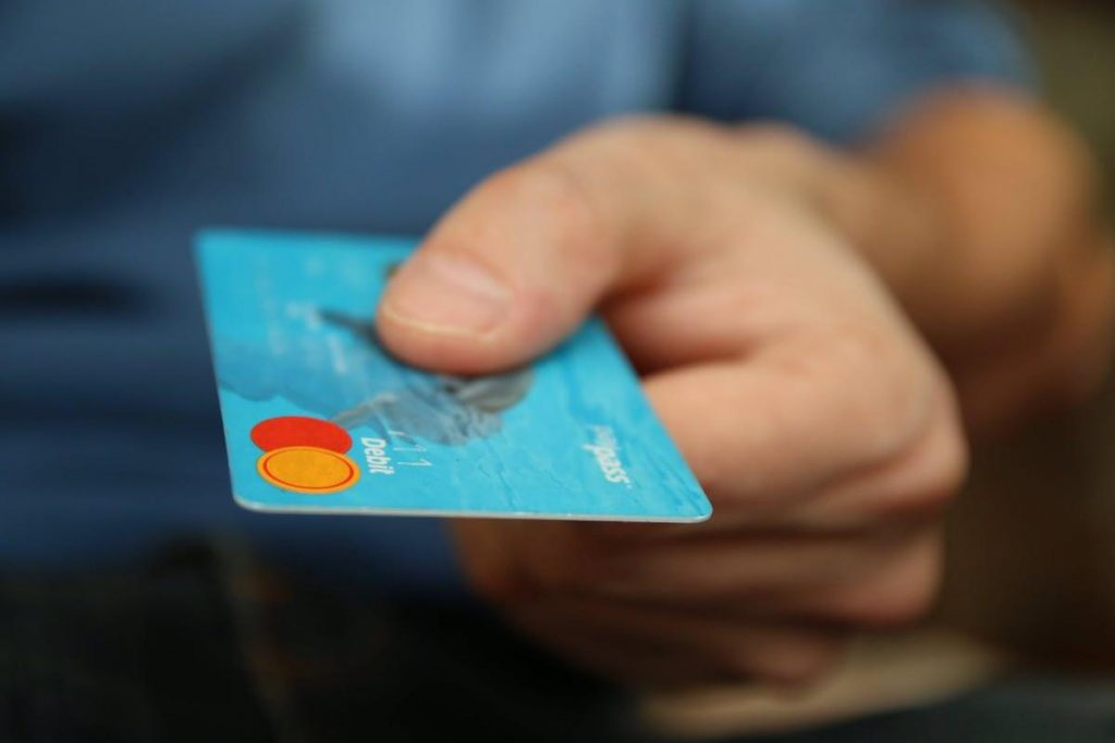 Carta di debito azzurra