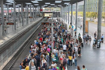 Stazione ferroviaria affollata