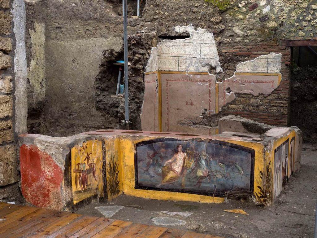 Termopolio di Pompei - parte del bancone con l'affresco della Nereide
