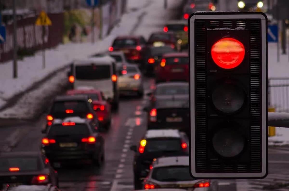 Spostamenti a Natale - Immagine traffico con semaforo rosso