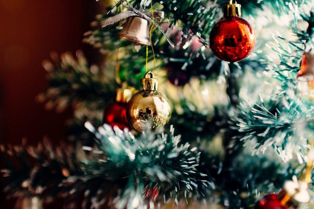 Rami d'albero di Natale con palline decorative