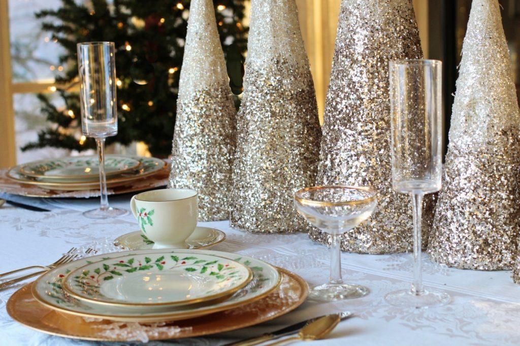 Il pranzo del 25 dicembre - tavola con decorazioni moderne