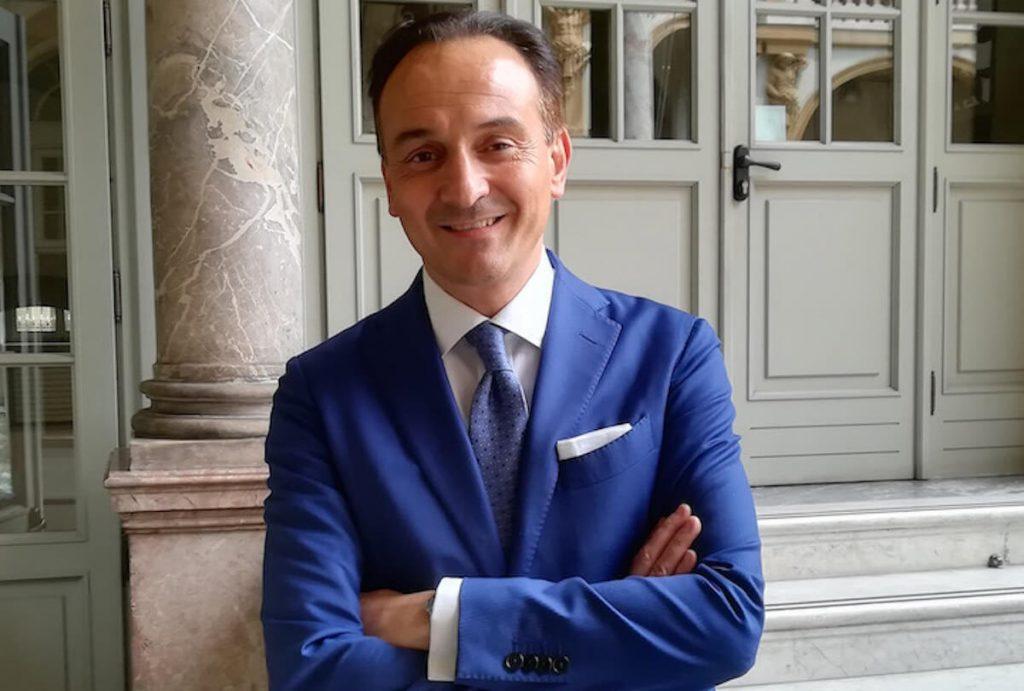 vaccini antiCovid in farmacia - Alberto Cirio, presidente della regione Piemonte in abito blu