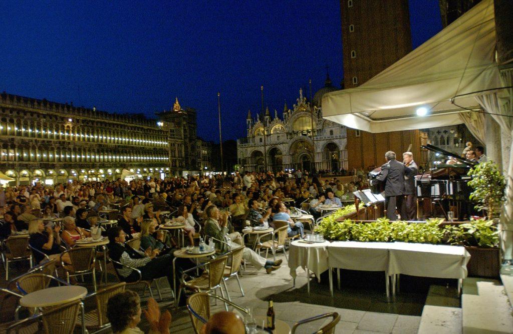 esterno Florian di sera durante un concerto