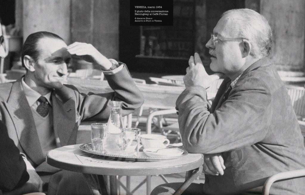 foto in bianco e nero di ospiti famosi seduti al tavolino