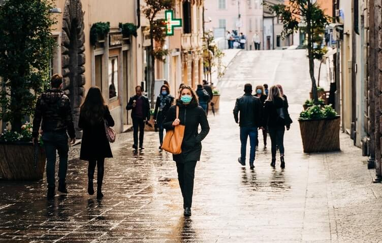 colori delle regioni in Italia - persone passeggiano in strada con la mascherina