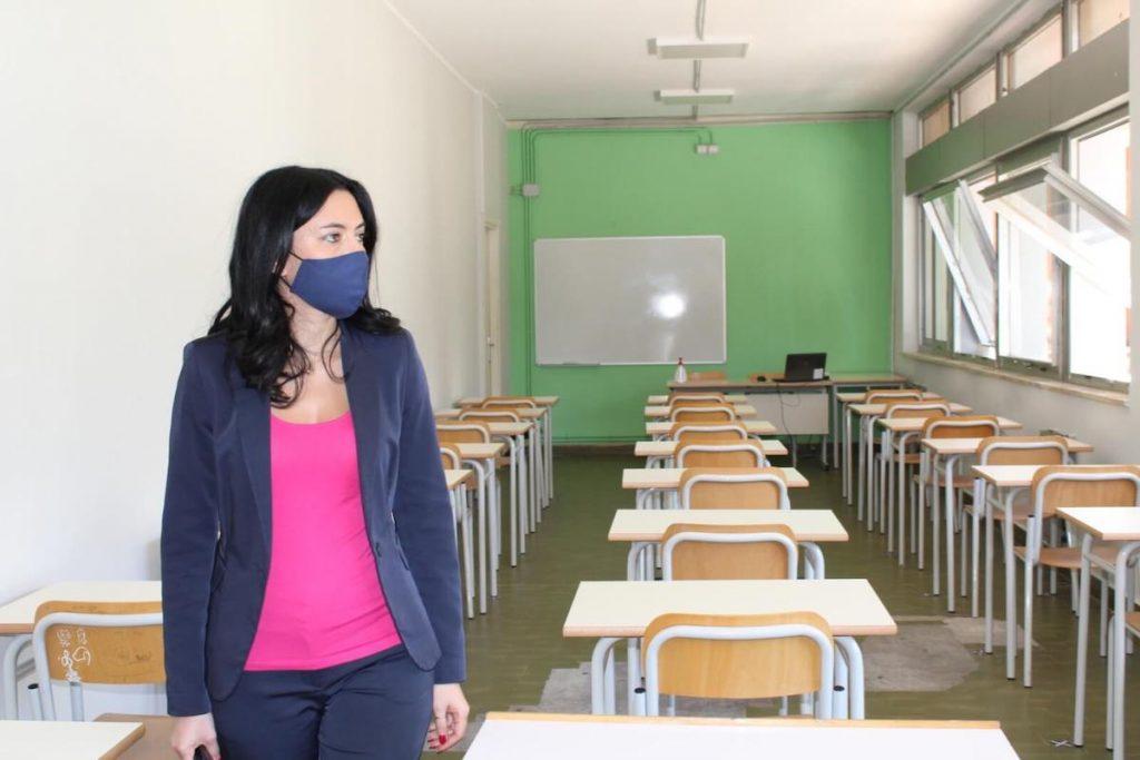 Italia dal 7 gennaio - Lucia Azzolina con mascherina in una classe vuota