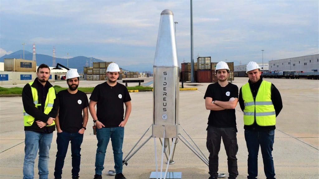 Mattia Barbarossa - Mattia con il team Sidereus Space Dynamic in posa davanti al satellite EOS Launch Vehicle