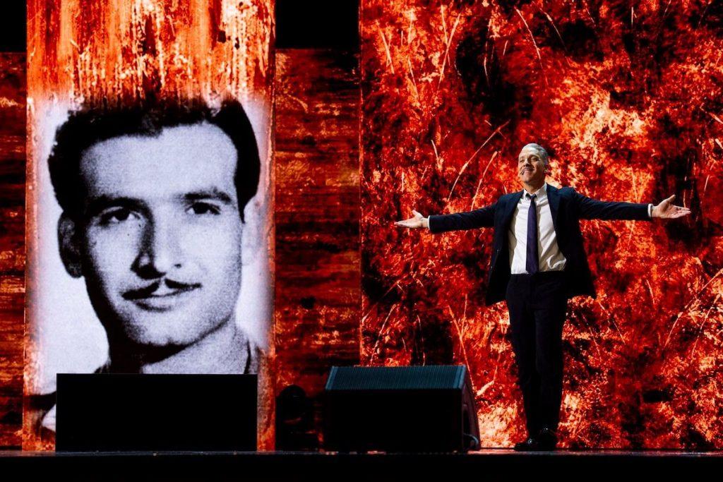 """Beppe Fiorello - Fiorello accanto alla foto del padre durante lo show """"Penso che un sogno così"""""""