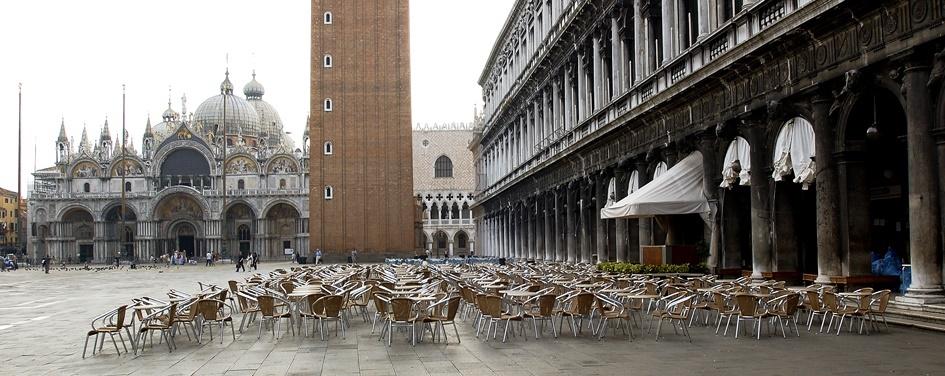 tavolini in piazza di fronte al caffè